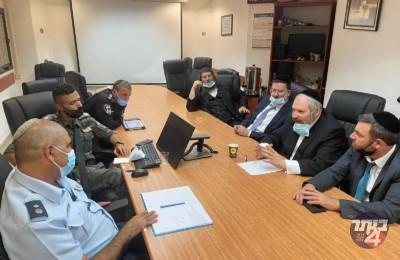 רובינשטיין וסגניו בפגישה עם מפקד המחוז.